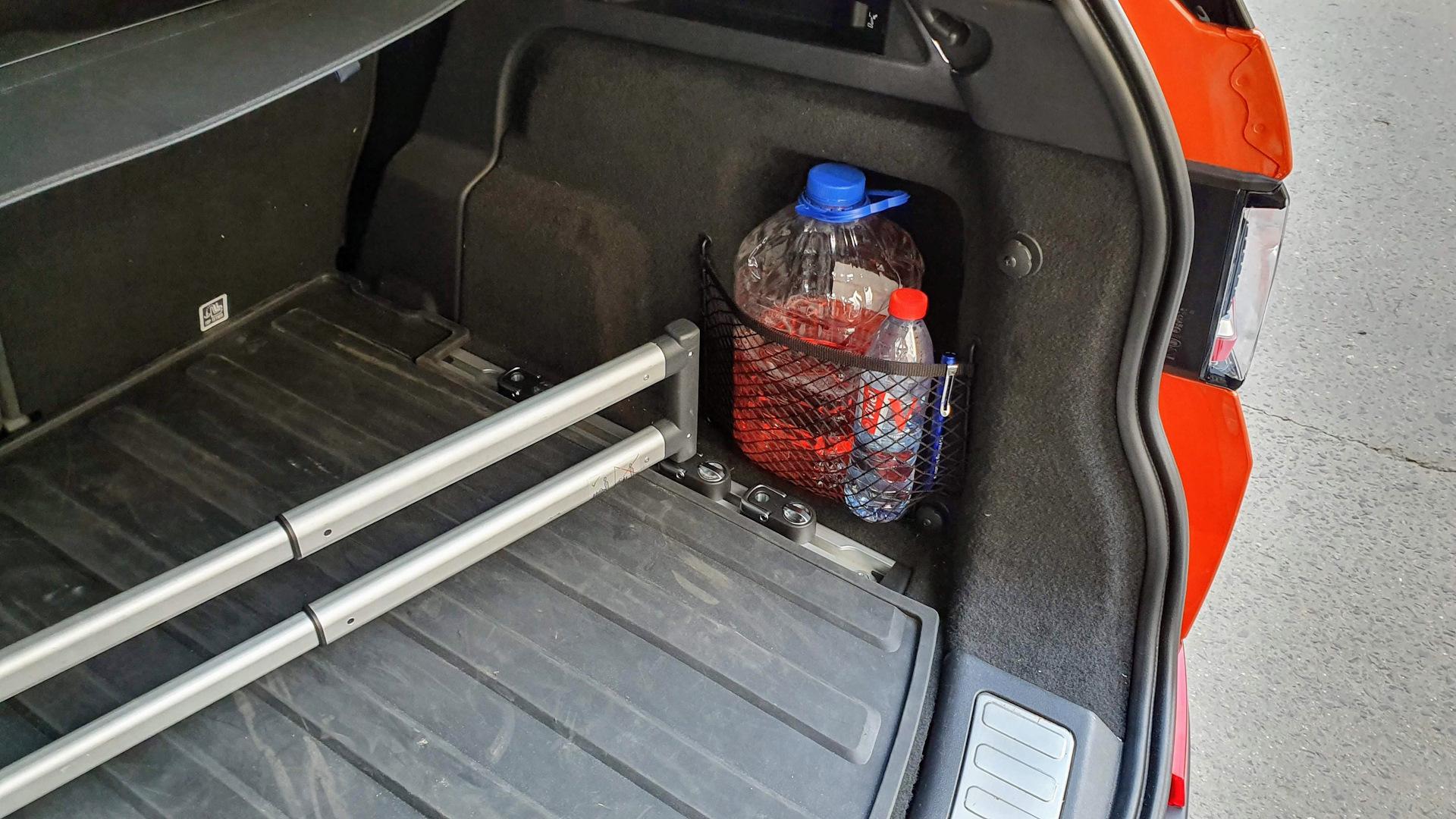 Система удержания груза в багажнике лесбиянки