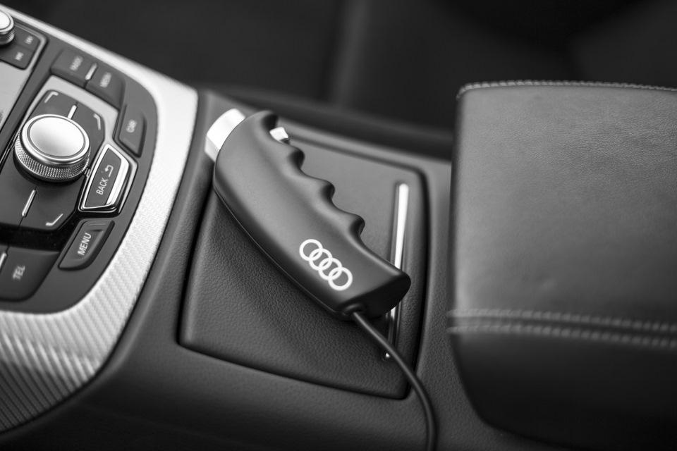 С помощью этого джойстика тест-пилот может моментально отключить систему автопилотирования и взять управление автомобилем на себя в случае ошибки автопилота. В Audi не скрывают: пока что вероятность ошибки есть — например, если перед машиной во время заезда внезапно возникнет препятствие или резко изменятся погодные условия или качество покрытия.
