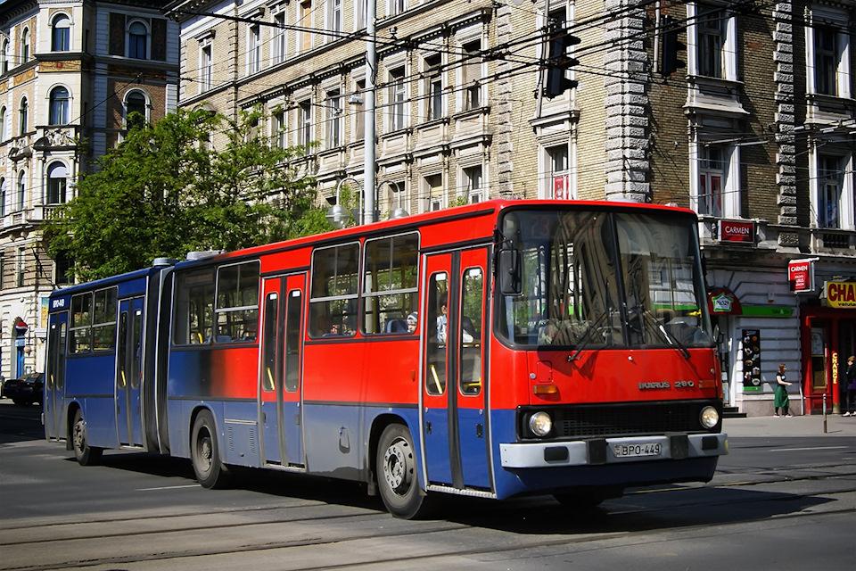 А вот такой окрас — признак машины, работавшей на экспрессных линиях, заменяющих метро и другие виды транспорта. По мере обновления окрасок, их обливают в более традиционную схему, но единично остаются и красно-синие красавцы.