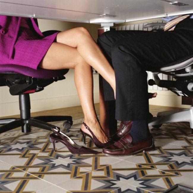 Девушка лижет девушке под столом правы