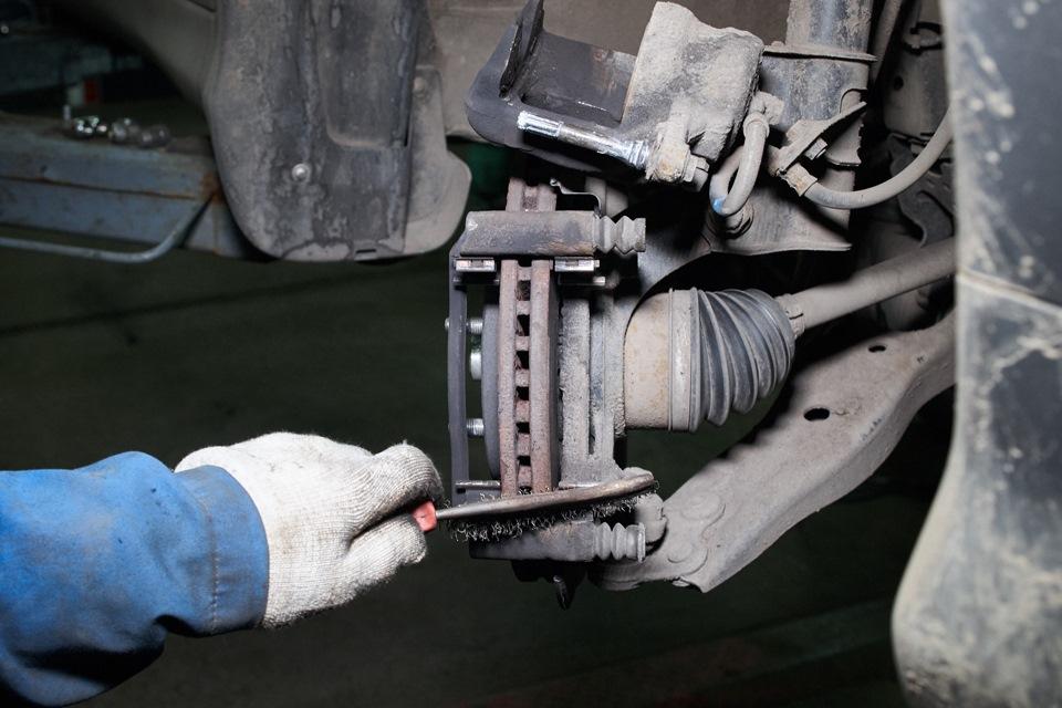 Очистка поверхностей и фиксирующих пластин тормозного механизма Honda CR-V щёткой по металлу
