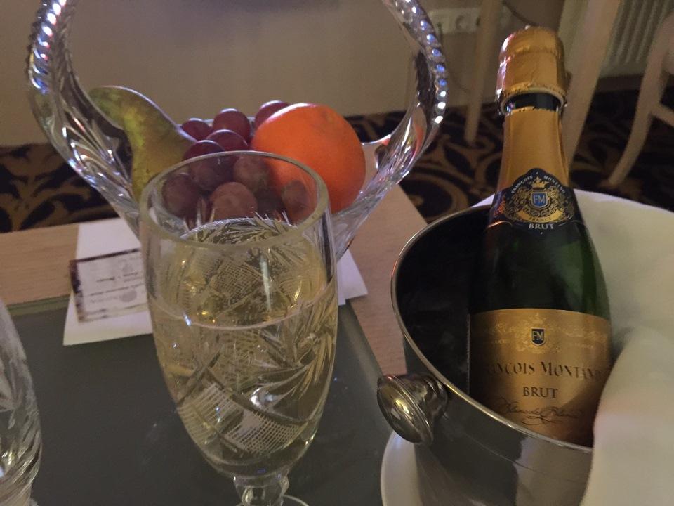 фото шампанского с телефона снятое продолжаем знакомить копейчан