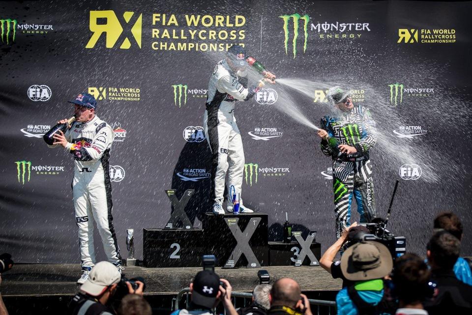 На финишном подиуме обливаются шампанским 1.Маттиас Экстрем, 2.Тоомас Хейккинен, 3.Кен Блок