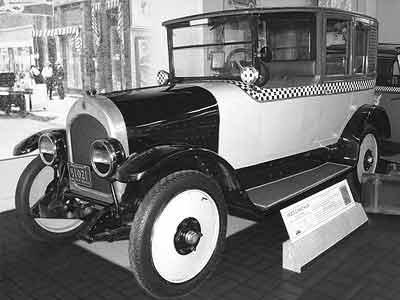 Первые модели были 4-местными, но в середине 20-х от них отказались в пользу 6-9-местных, оснащавшихся двигателями Continental мощностью до 150 л.с.