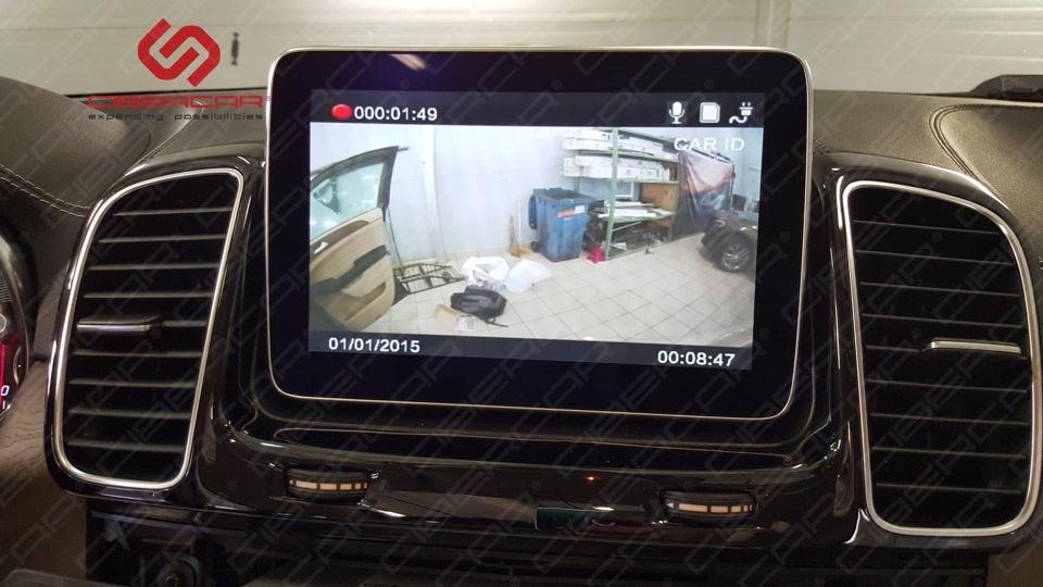 Картинка с задней камеры видеорегистратора на штатном мониторе.