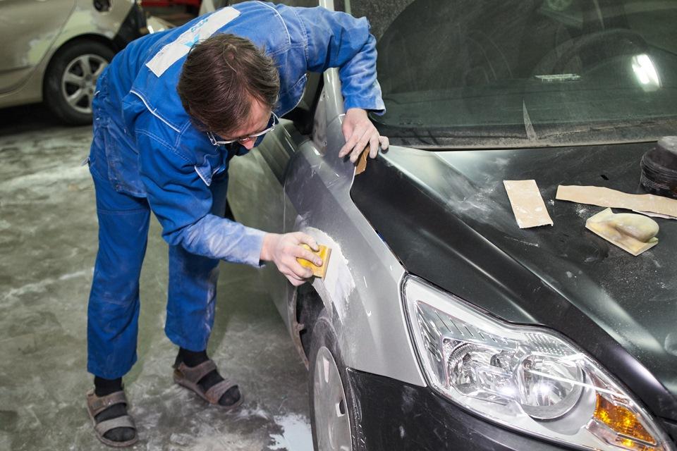Шлифовка окрашиваемой поверхности переднего крыла при кузовном ремонте Ford Focus