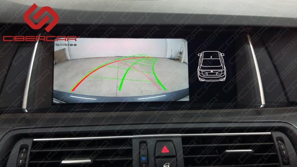 Камера заднего вида в BMW F10 525 xDrive с динамичными линиями парковки.