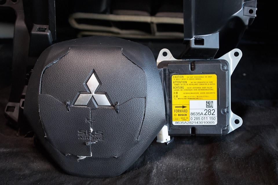 Кожух подушки безопасности водителя с характерными повреждениями и блок SRS, нуждающийся в перепрограммировании