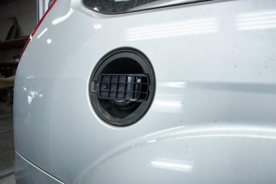 Снятие крышки лючка бензобака Ford Focus для подбора краски