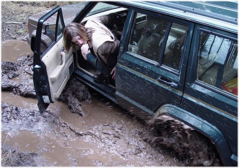 фото как девушка толкает джип