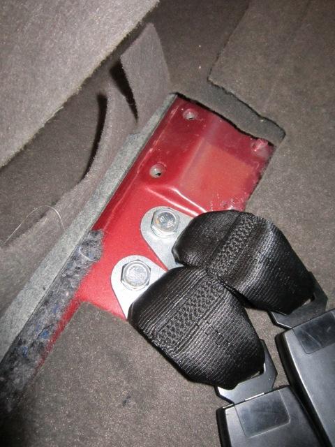 5. Прикладываем усилитель кузова и видим что нам мешают пластиковые боковины багажника.