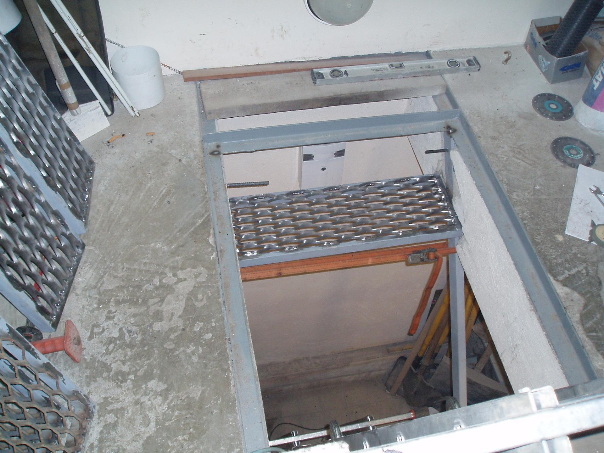 Лестница в погреб в гараже