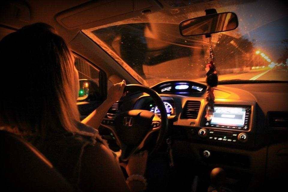 фото парень в машине вечером менее, правильного решения
