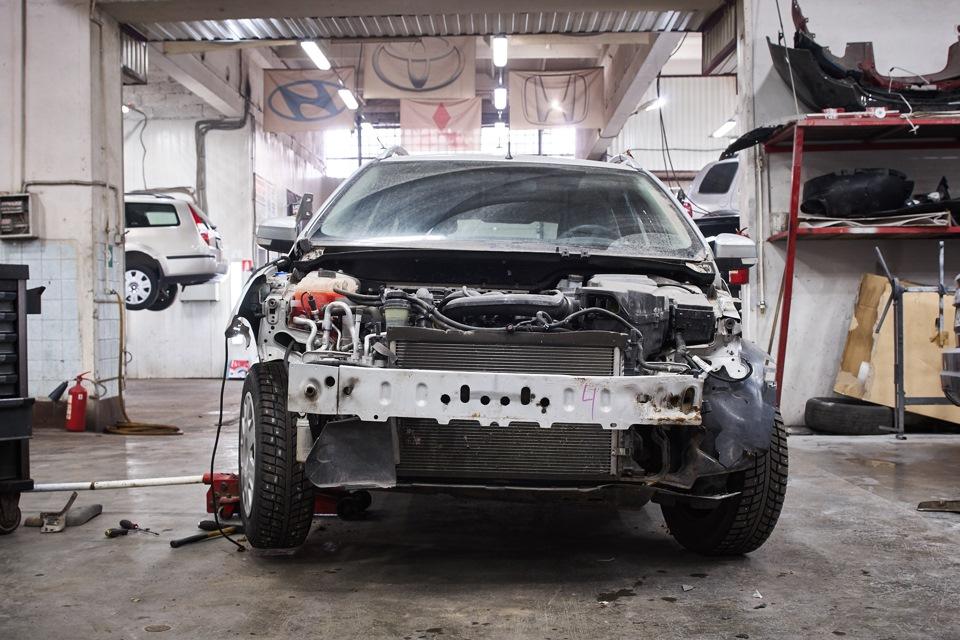 Разборка Ford Focus для проведения кузовного ремонта. Снятие остатков переднего бампера и подкрылков.