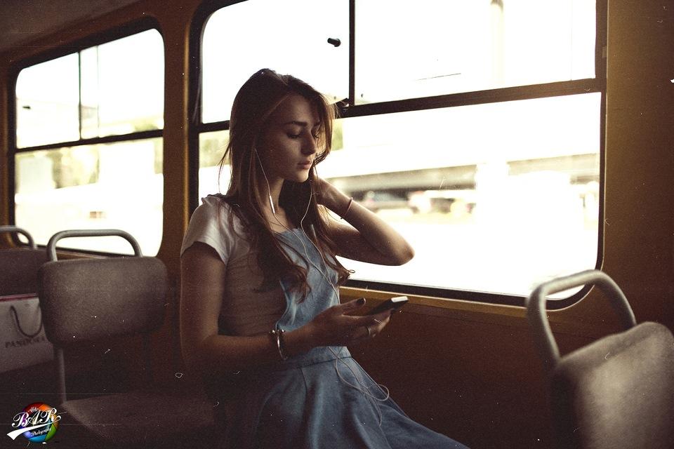 в фото девочка голая автобусе