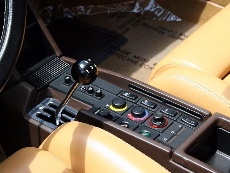 Testarossa оборудовалась 5 ст механической коробкой…В тандеме с сумасшедшим V12 в 390 л. с. мощности — ураган… конечно, в умелых руках