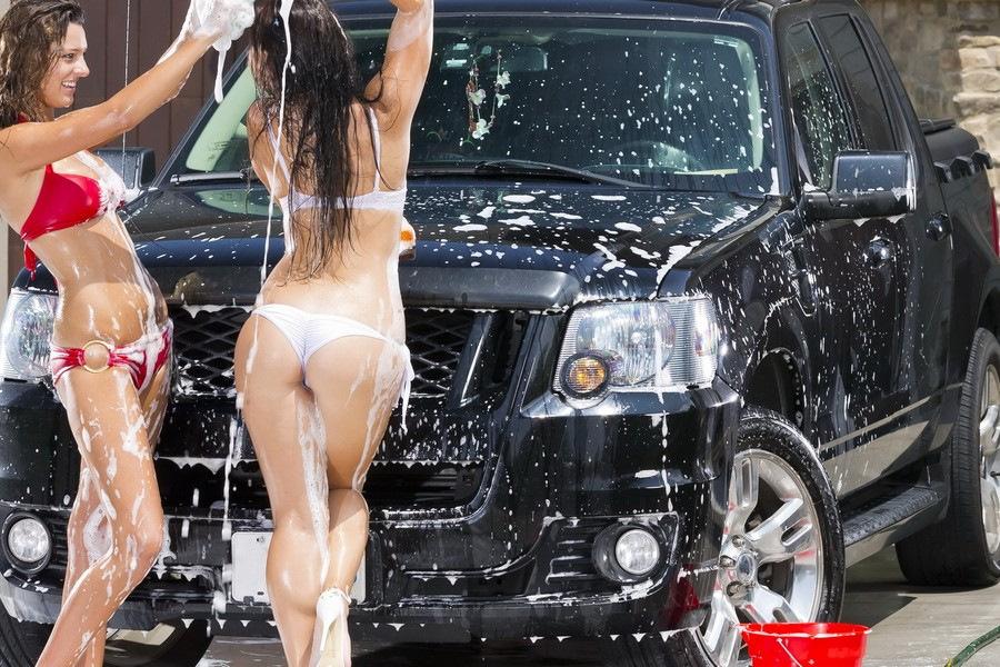 Красотка моет машину фото, блондинка ебется с огромным хуем