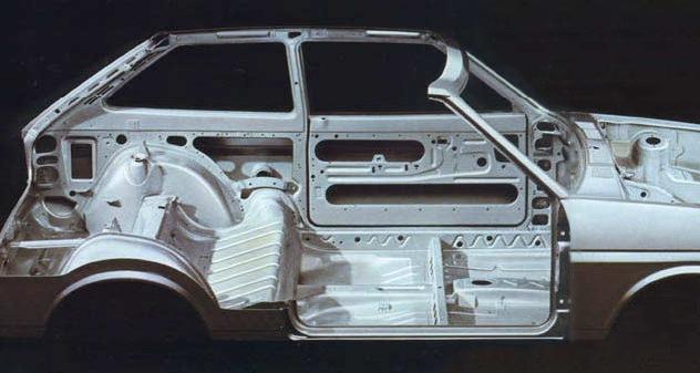 Обратите внимание на пол кузова между задними колесными нишами. . Ниши (и
