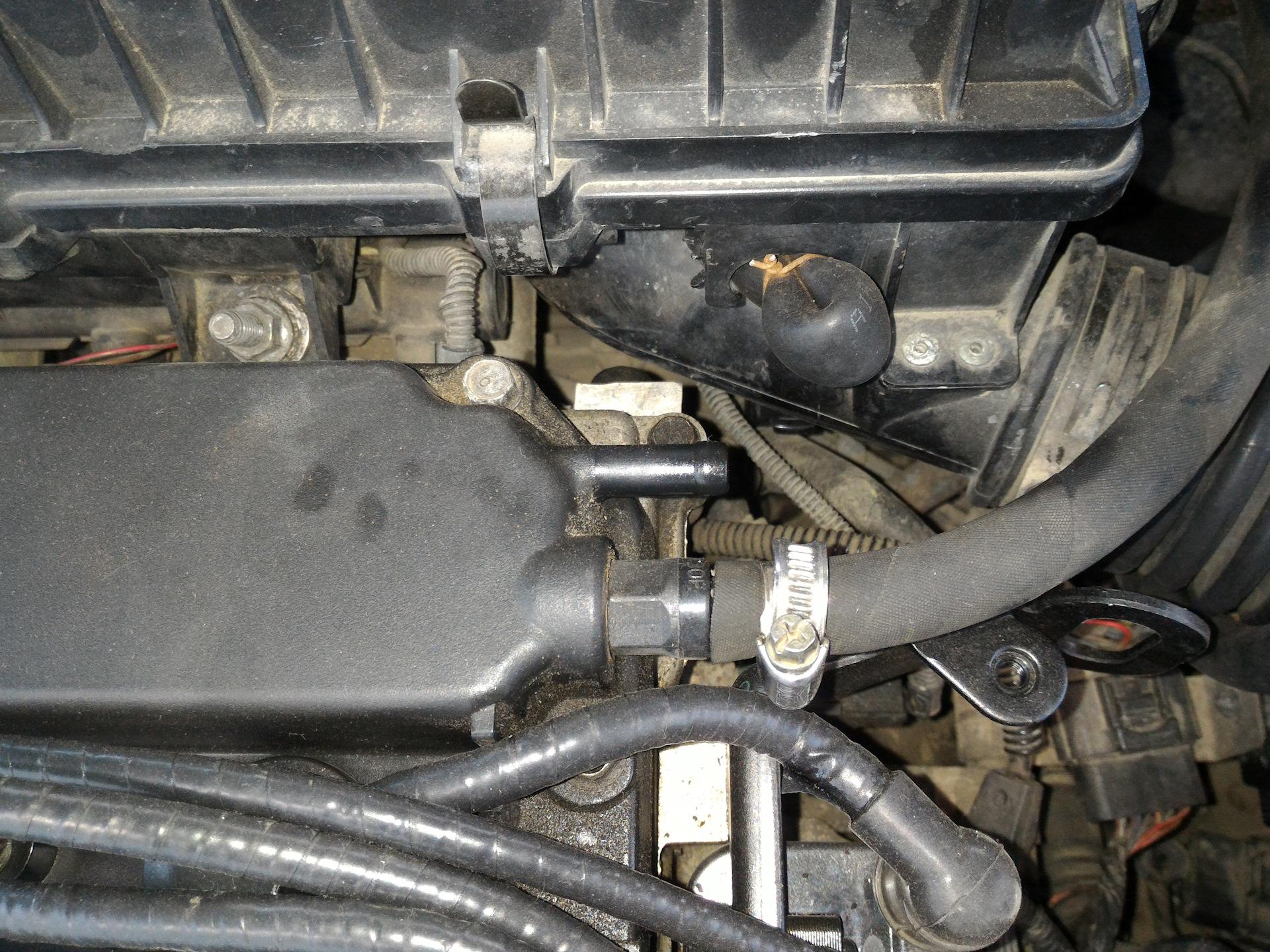 Штуцер отвода картерных газов сильно сосет воздух