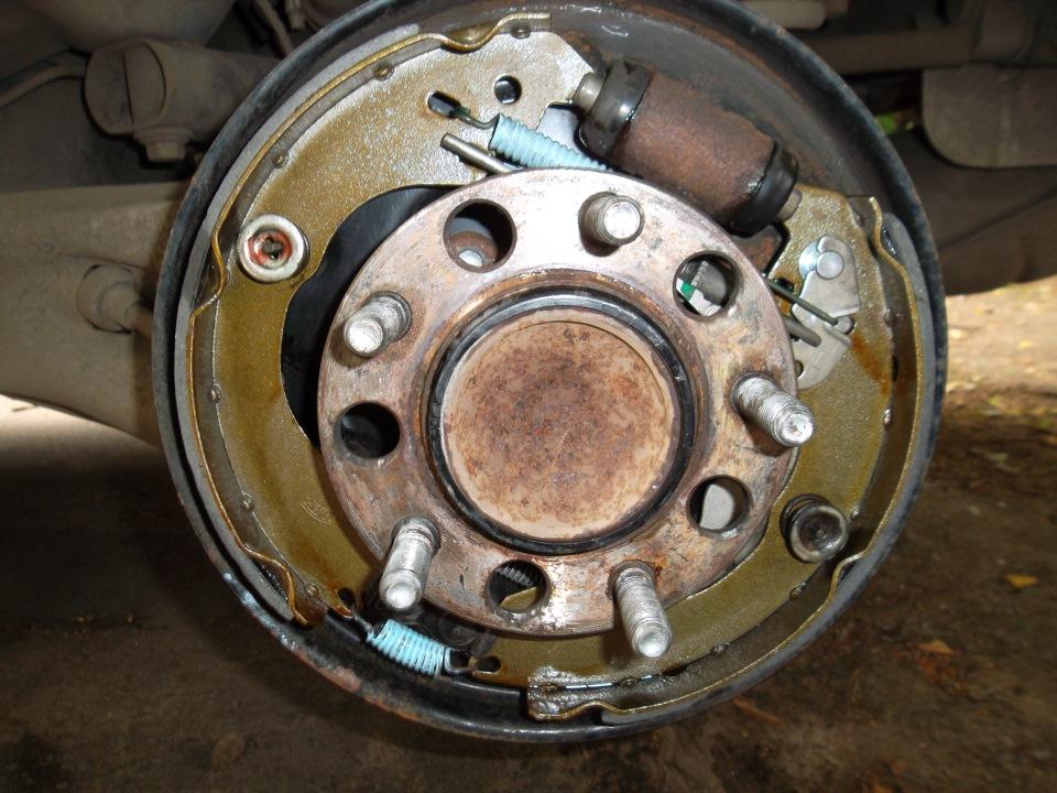 """Замена задних тормозных колодок (барабаны). - бортжурнал Dodge Caliber """"танчик"""" 2009 года на DRIVE2"""