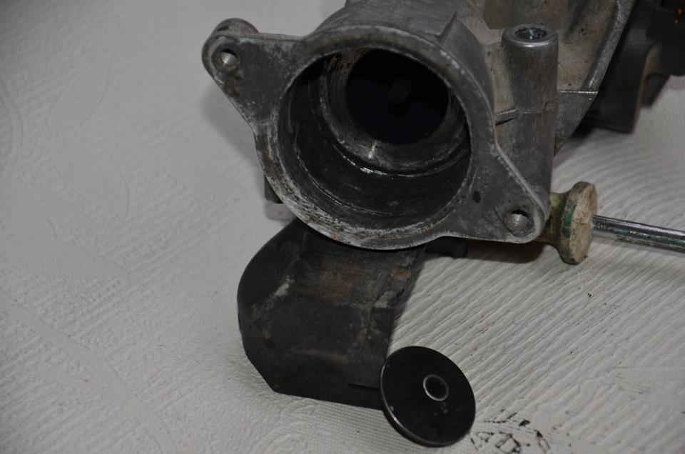 А, вот и отломанная тарелка клапана. Сразу не сообразил откуда взялась эта железячка.