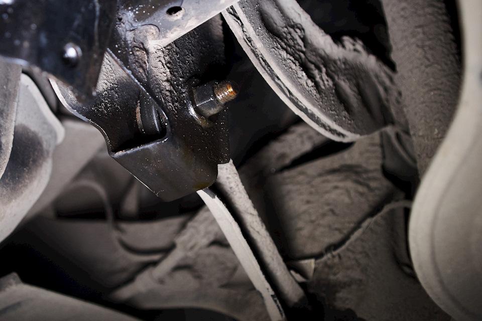 Обработка универсальной жидкостью LM-40 креплений заднего поперечного рычага Ford Focus III