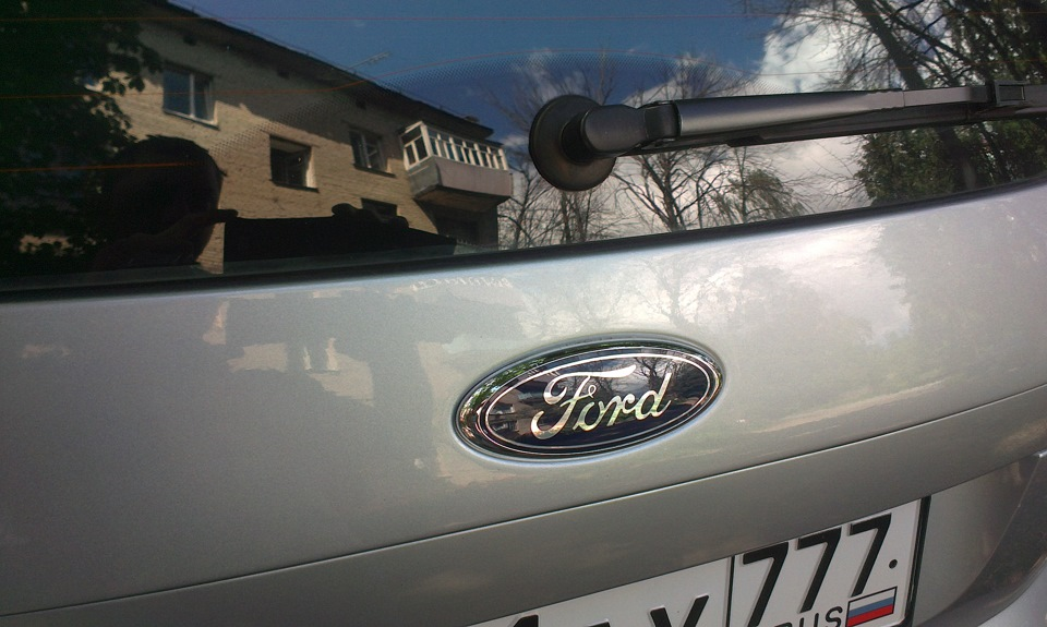 как поменять шильдик ford на крышке багажника
