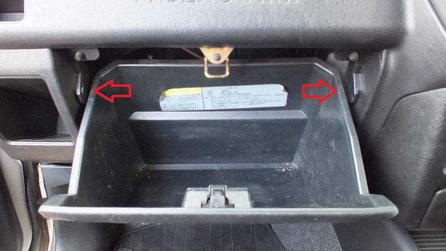 где стоит фильтр салона митсубиси паджеро 2