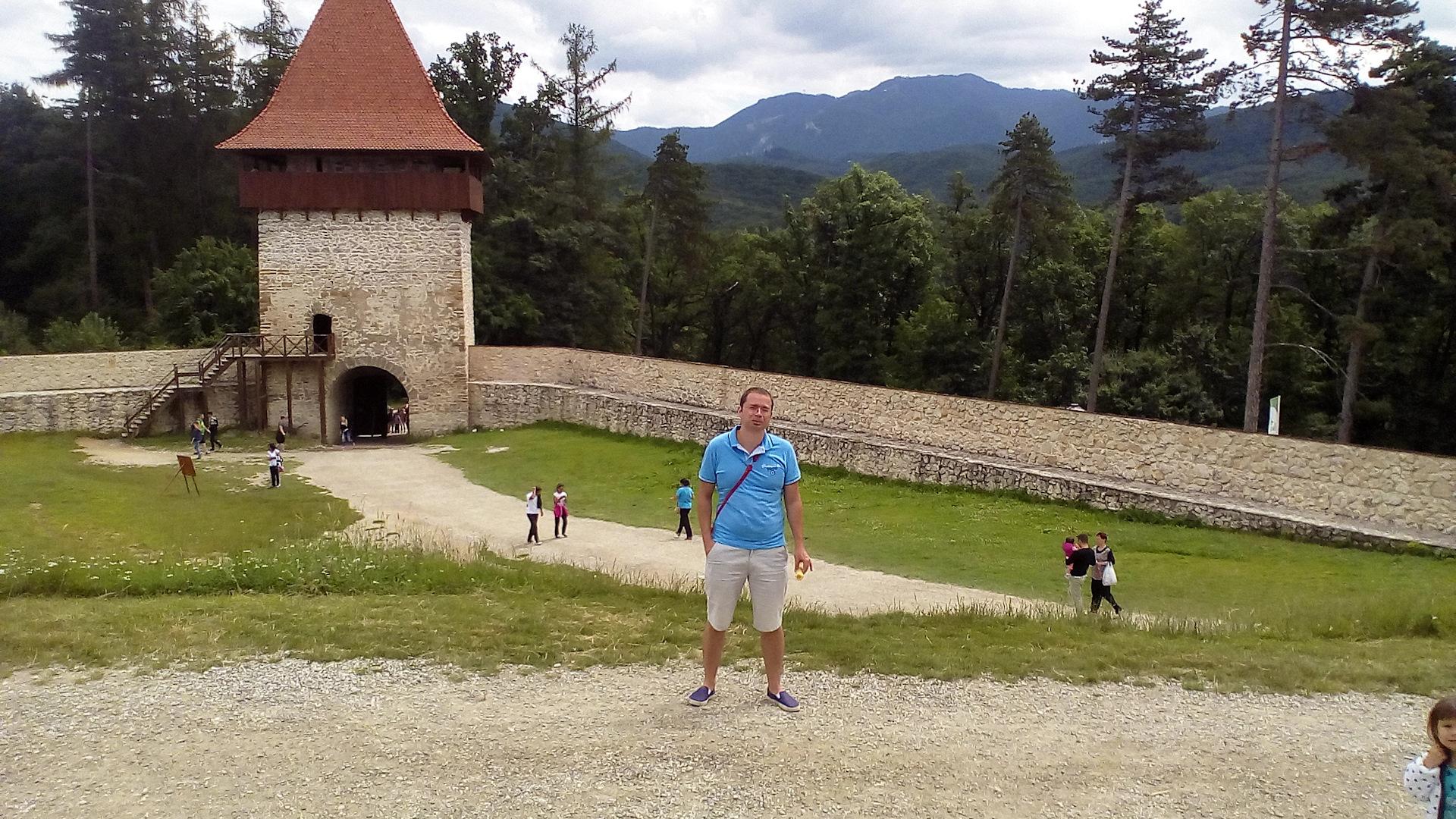 молодежь, туристы на фото в замке бран небе