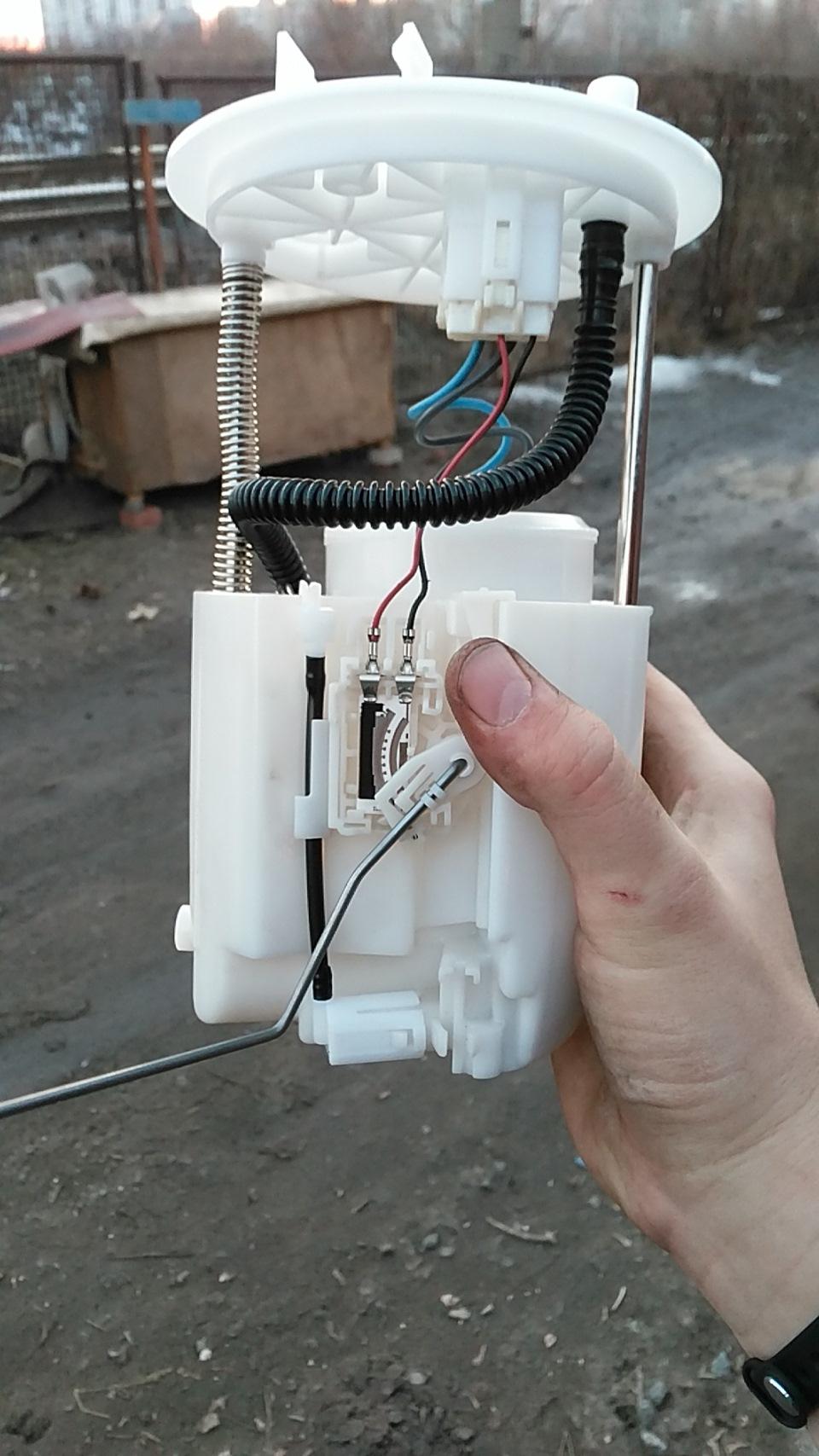 Где находится топливный фильтр на митсубиси лансер 9