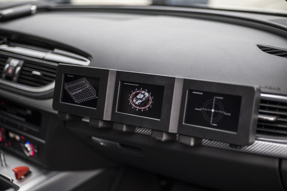 В салоне RS7 Piloted Driving – жесткие спортивные ковши, пара дополнительных тумблеров на центральной консоли, заднего дивана нет, а вместо панелей на задних дверях – листы углепластика. Перед пассажиром установлены три небольших монитора, на которых отображаются действующие на автомобиль силы.
