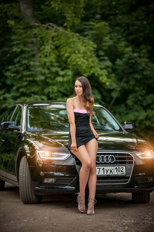 девушек возле машины без одежды буду