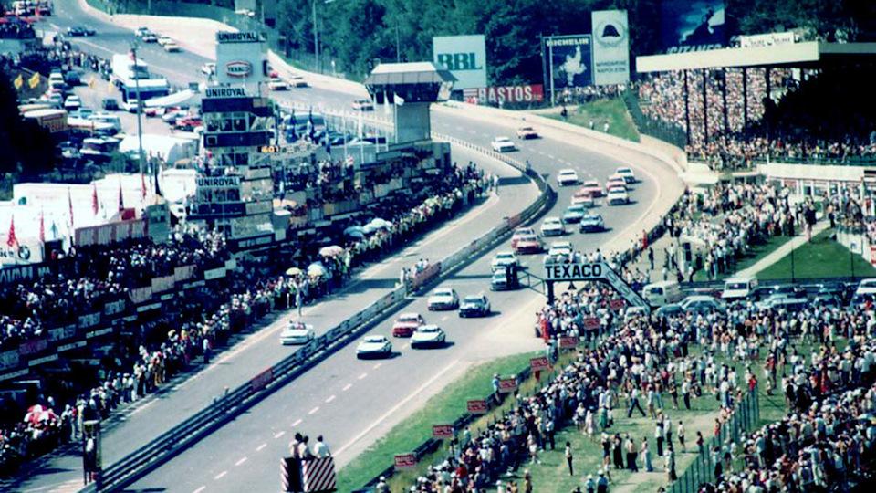 Вот она, эпоха восьмидесятых. 1983 год, легендарная трасса Спа, старт 24-часовой гонки. Сезон того года запомнился феерической дуэлью BMW 635 CSi и Jaguar XJ-S. Монструозным британским V12 немцы противопоставляли малый вес и острую управляемость. Фото: Саймон Лоуз.