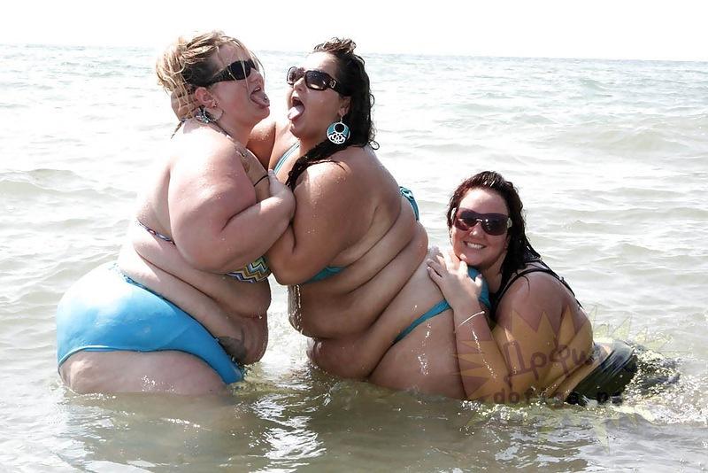 на пляже жирные бабы в купальниках