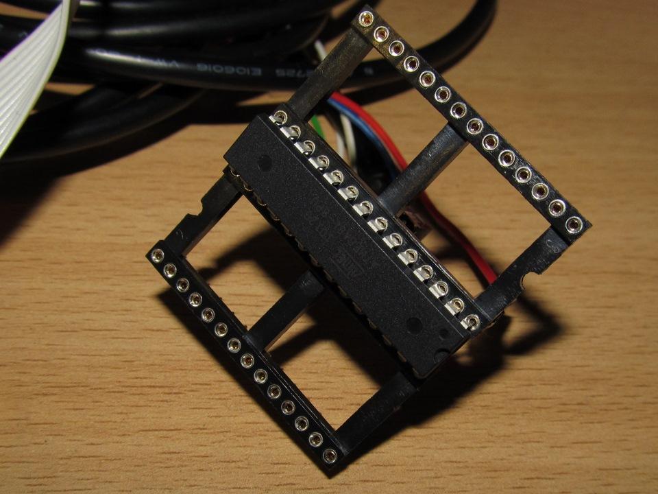 на фото прошивка Mega8 с помощью 5-ти проводков.