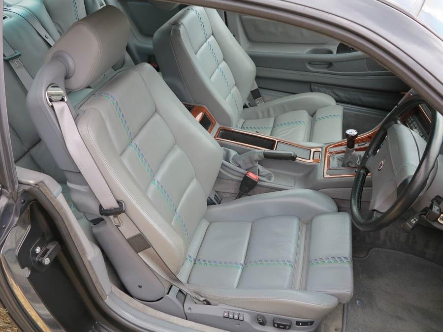 Не обошлось без фирменных зелено-синих полосок Alpina на кожаных креслах. Такие шашечки придают особого шика и благородства