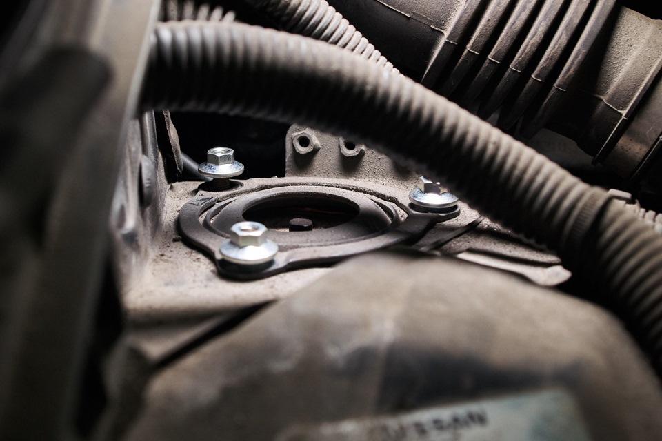 Фиксация верхней опоры амортизатора Infiniti M25 новыми комплектными гайками