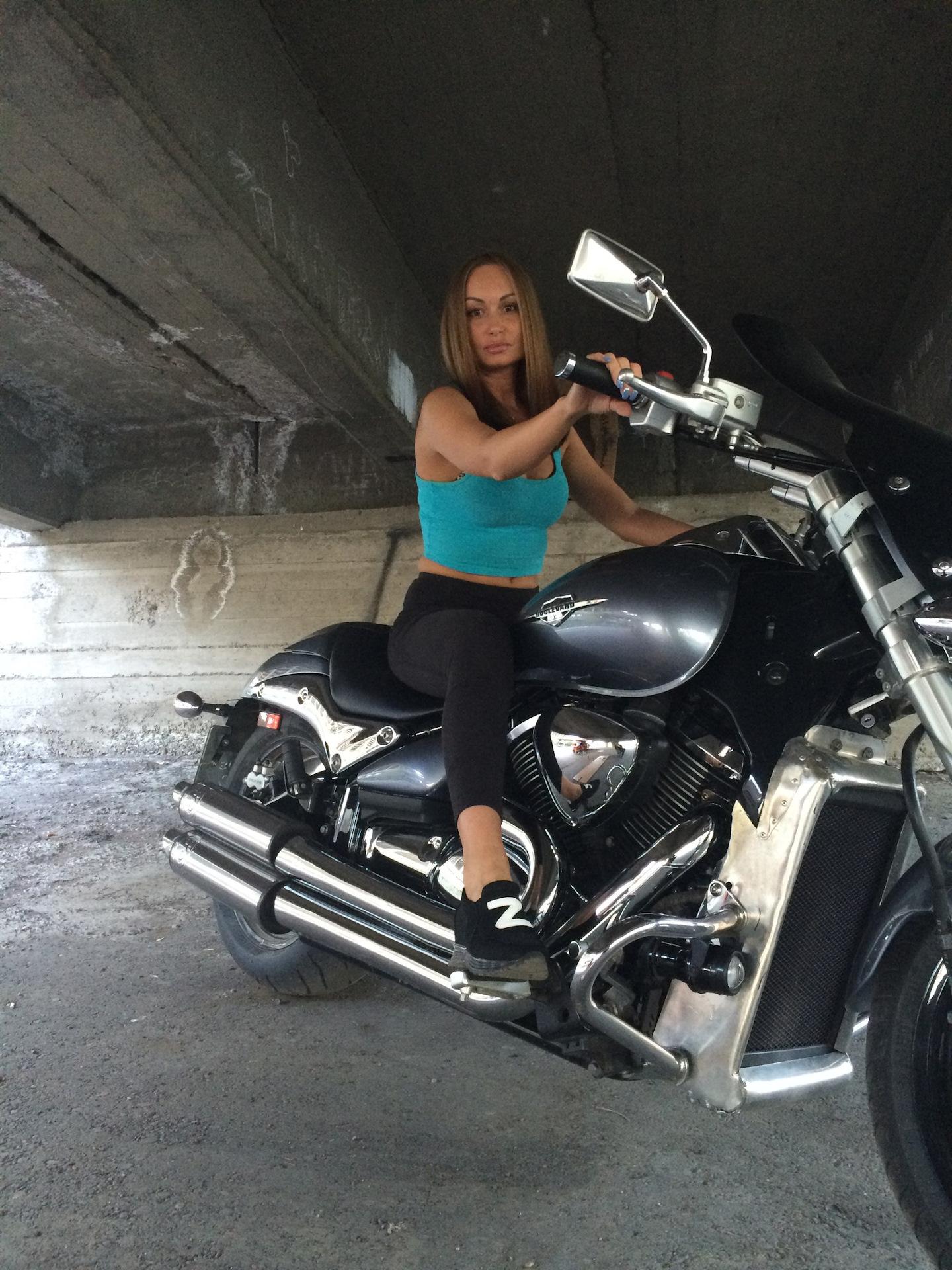 Он на мотоцикле жена наездница, порно скрытая камера русская общага