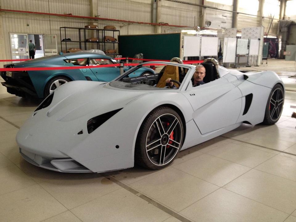 Marussia B1 Speedster и один из ее разработчиков Михаил Петренко. На заднем плане видна рестайловая Marussia B2. Около года назад автомобиль был вывезен в Европу.