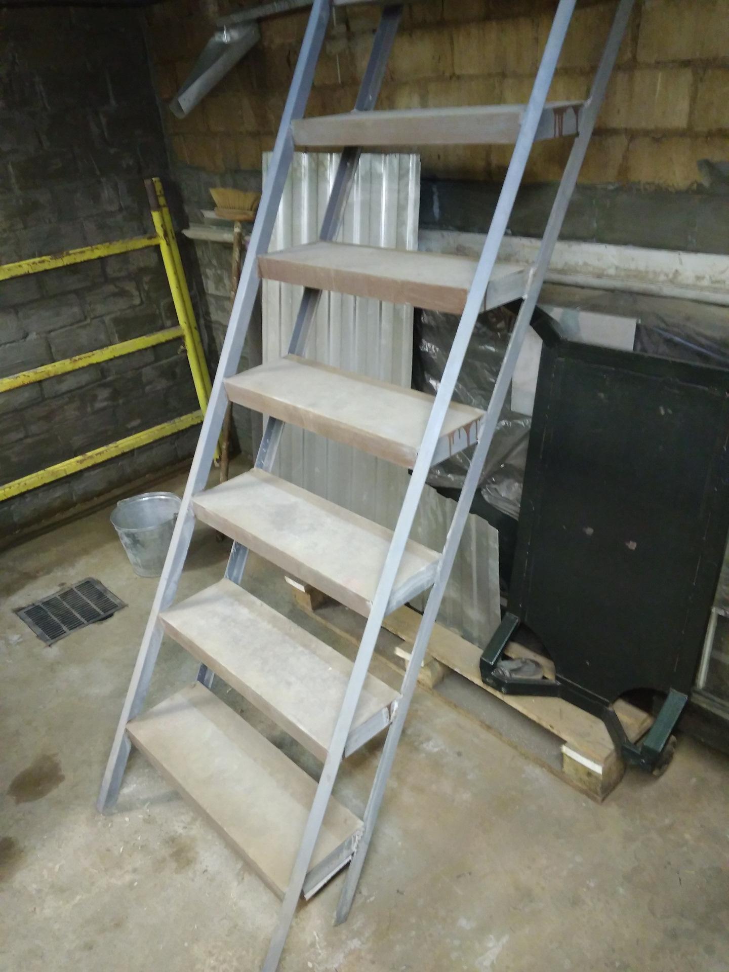 взял нож лестница в подвал гаража металлическая фото оружейном магазине голова