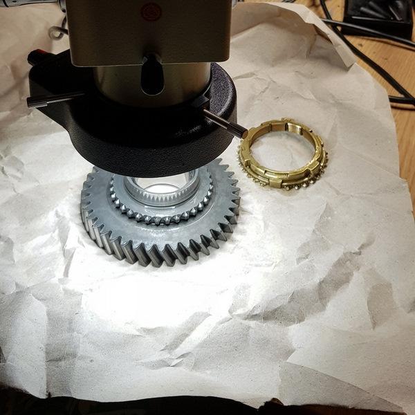 Процесс проверки деталей под микроскопом