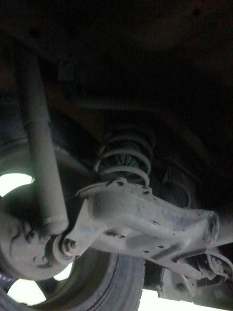Снята пружина и отбойник Устанавливаем пневмобаллон в пружину, смотрим за расположением ниппеля для накачивания (должен находится между витками-чтоб не срезало при ходе подвески). Приспускаем автомобиль, закрепляем амортизатор. Брызгаем пневмобаллон силиконовой смазкой. Накачиваем пневмобаллон.