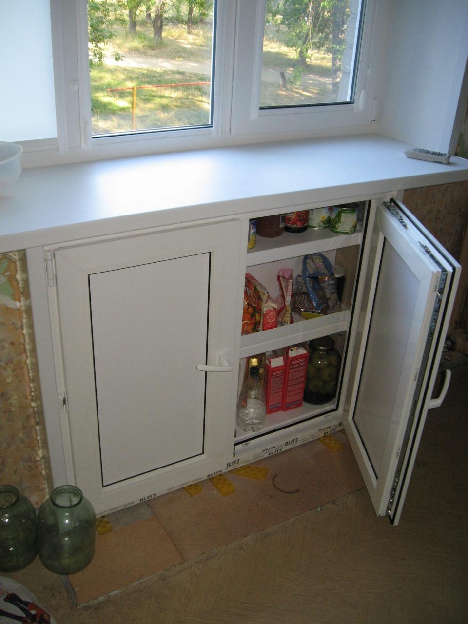 Широкий подоконник и холодильник под окном