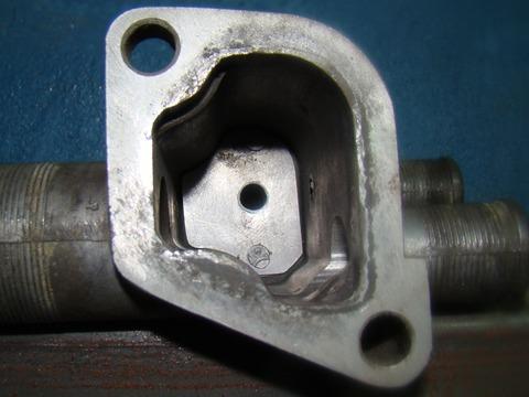 ...отверстие диаметром 6мм, штуцер подогрева дроссельной заслонки заужен до 4 мм, штуцеры печки расточены до 15 мм.