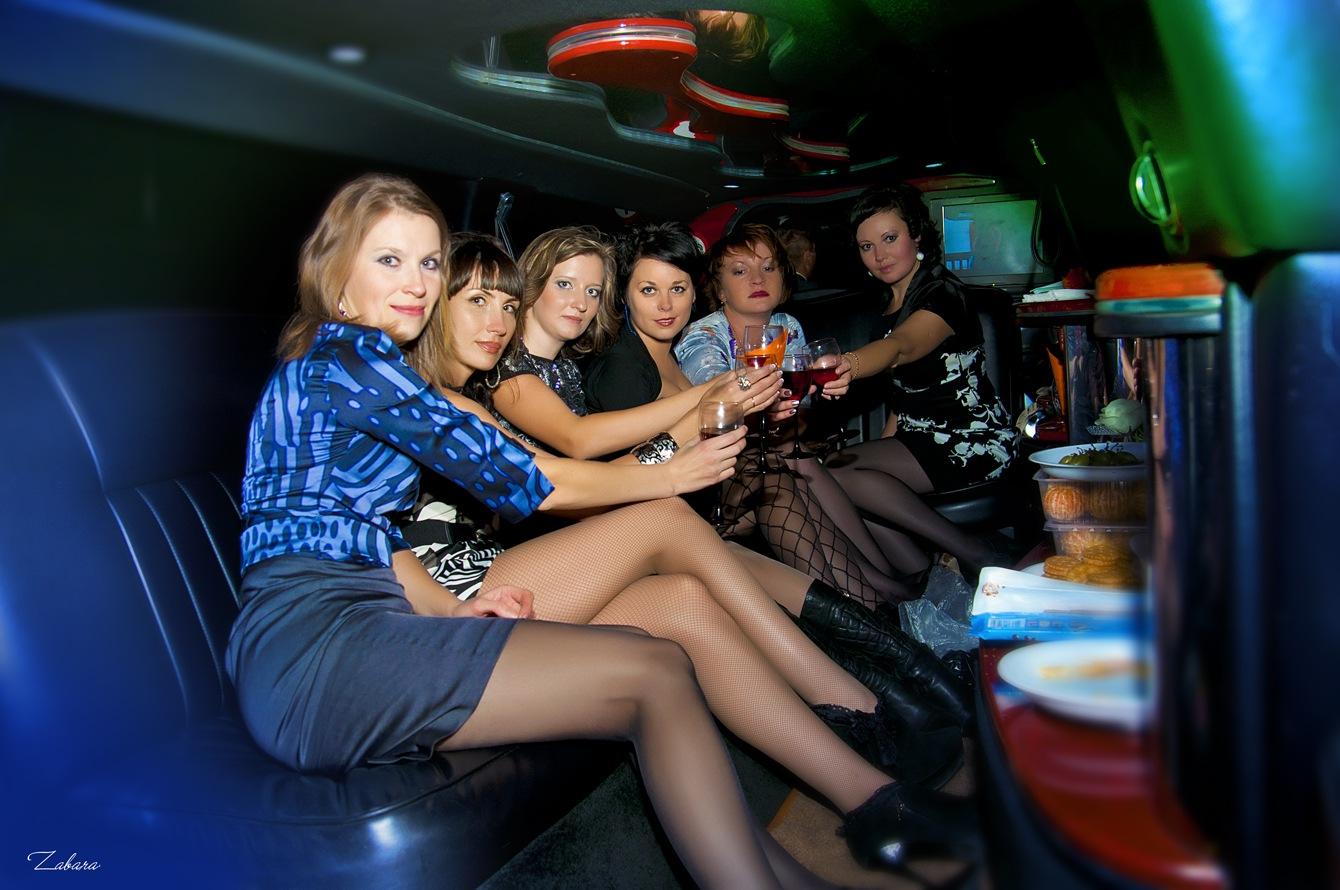 Спаривается кровати девушки в чулках в лимузине