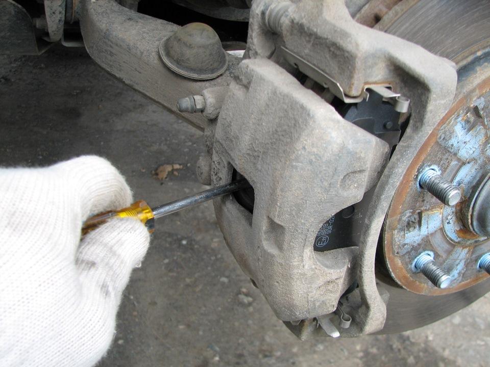 Замена задних колодок митсубиси паджеро 4 Регулировка троса ручного тормоза мазда демио 2004