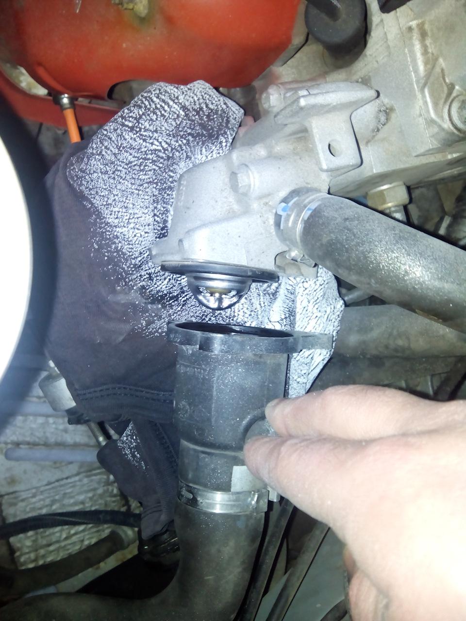 Замена термостата рено логан 1 4 своими руками