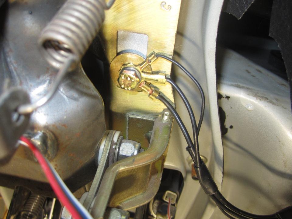 Часть массовых проводов переехала в верхнюю часть, в моём случае к рулевой колонке