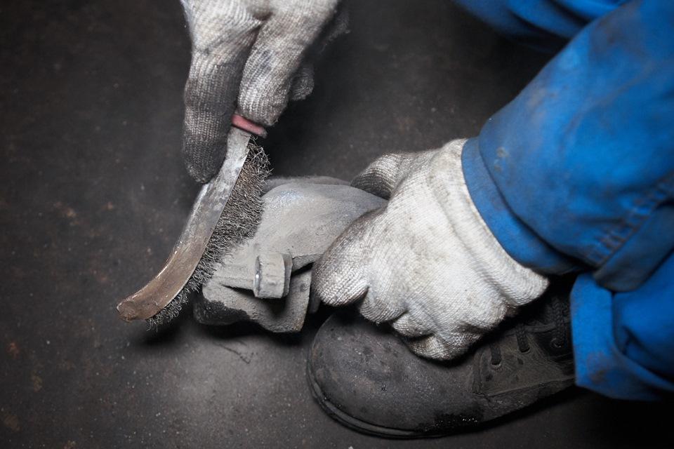Очистка наружной поверхности тормозного суппорта Honda CR-V от налипшей грязи
