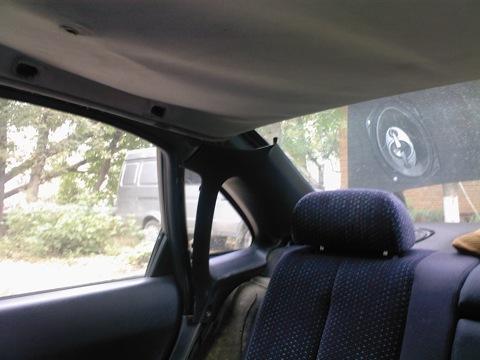Потом были сняты удерживающие боковины задних сидений и пластик вокруг задней двери.